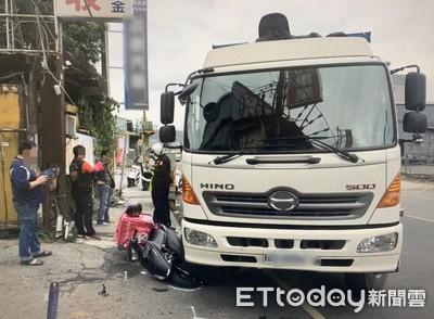 外送員未注意方向燈 險遭右轉大貨車輾過