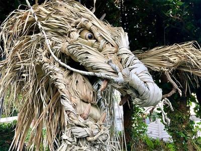 沖繩藝術家編織棕櫚葉雕塑
