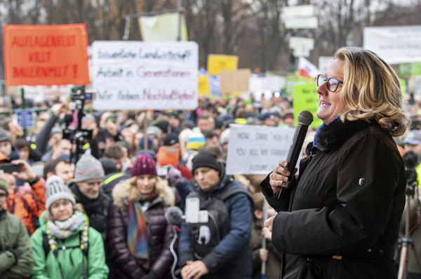 ▲▼德國環境部長Svenja Schulze上台與農民溝通。(圖/達志影像/美聯社)