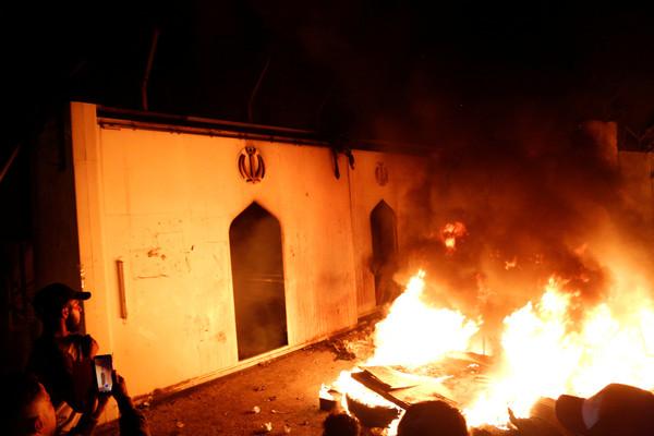 ▲▼伊拉克示威者放火燃燒伊朗大使館。(圖/路透)