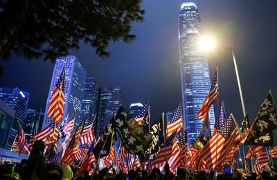 10萬港民聚集中環感謝川普簽署法案!