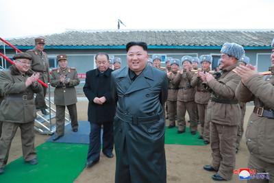 金正恩視察超大型火箭砲試射超滿意