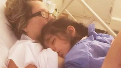 昏迷中突然「掀開上衣哺乳」!癱瘓母全程閉眼未清醒 醫震驚:母愛本能反應