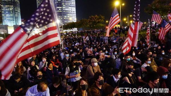 ▲▼大批香港民眾28日晚間齊聚愛丁堡廣場,慶祝美國通過《香港人權與民主法案》。(圖/記者游宗樺攝)