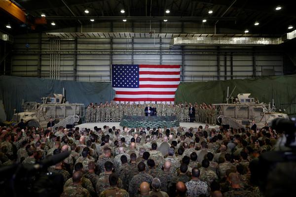 ▲▼川普突訪阿富汗與官兵共吃感恩節大餐:和塔利班恢復談判 。(圖/路透)