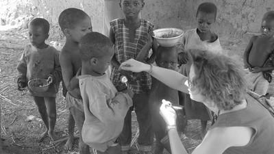 腸胃道塞滿寄生蟲!生長在非洲村落的窮孩子 瘦到剩皮包骨完全沒肉