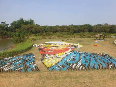 新景點!7千支風車拼梵谷自畫像