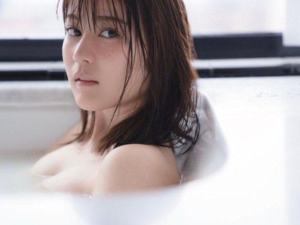 生田繪梨花在寫真集獻出養眼沐浴照。(翻攝自推特)