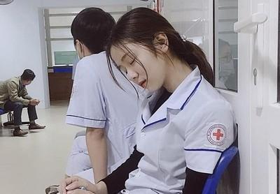 21歲俏護士打盹照太美 網友戀愛了