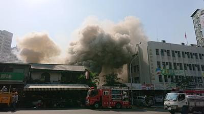 嘉義鬧區火警 木造平房濃煙密布