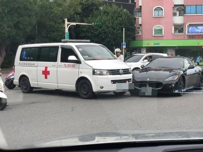 瑪莎拉蒂鬼打牆撞救護車 目擊民眾:傻眼!