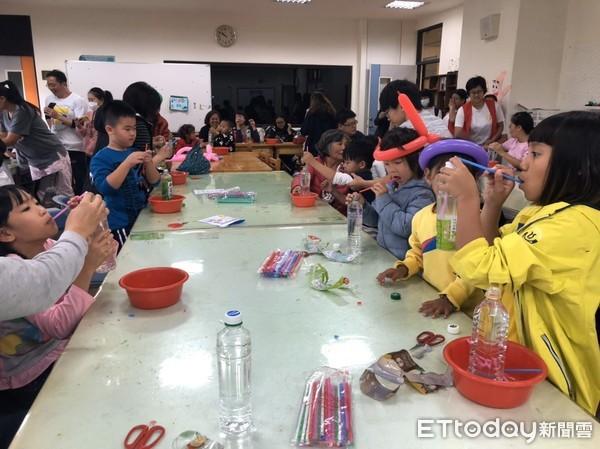 ▲現場展出「動手玩博物館」,分享珍貴的童玩智慧,有七巧板、九子仙棋等,還有台灣原住民傳統童玩。(圖/台東大學提供,下同)