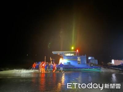 膠筏擱淺恆春沙灘 海巡緊急救援