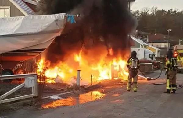 ▲▼瑞典小飛機墜毀民宅花園起火。(圖/翻攝自推特/Meraklı Havacı)