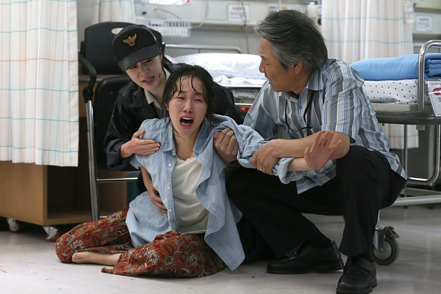 ▲▼原PO聽到女兒遭幼稚園同學性侵後,心痛到聲嘶力竭(示意圖/電影《素媛》劇照/取自Naver Movie)