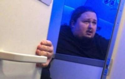 200kg鋼琴家飛機上拉屎 一沖水屁肉被緊吸