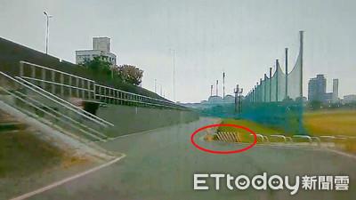 奧迪撞護欄翻2圈 19歲駕駛和乘客輕傷