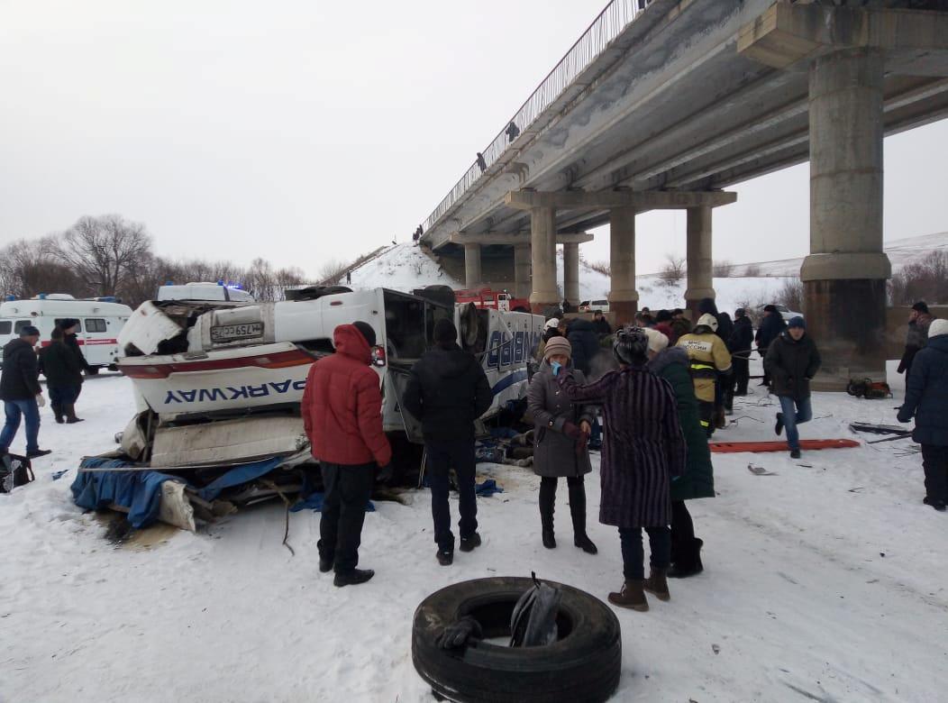 ▲▼俄羅斯巴士爆胎「失控墜橋撞結冰路面」 釀19死21傷。(圖/路透)