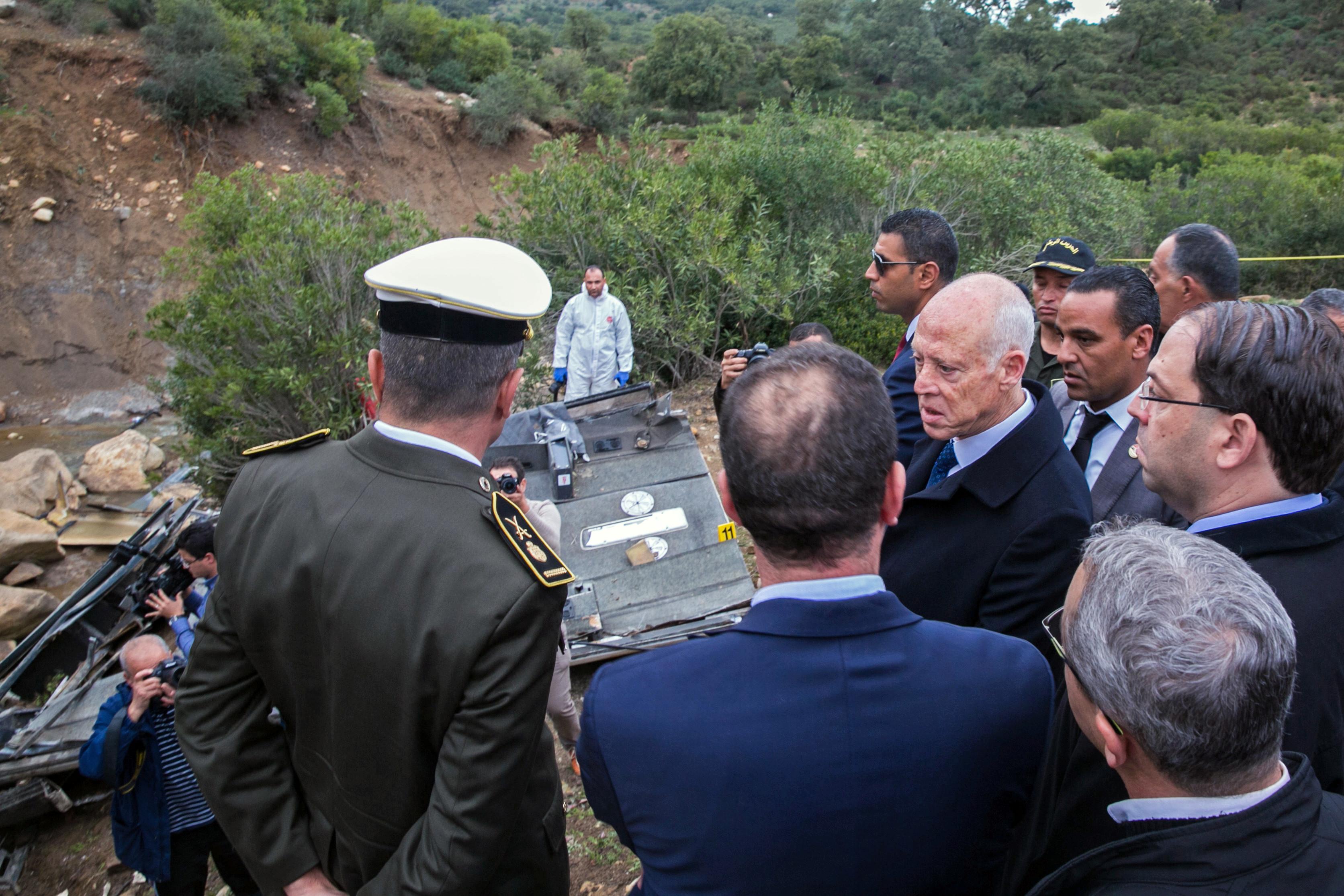 ▲▼突尼西亞巴士墜崖24死18傷 車頭全毀、遺體散布河床。(圖/路透)