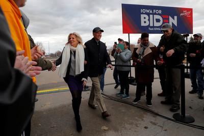 拜登帶妻參加競選活動 拯救支持率