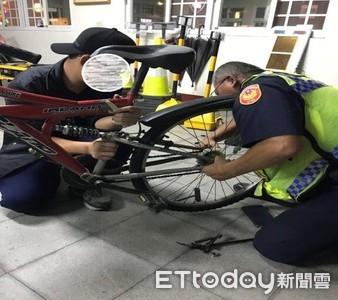 腳踏車脫鏈不會修理...林邊警巧手迅速修復