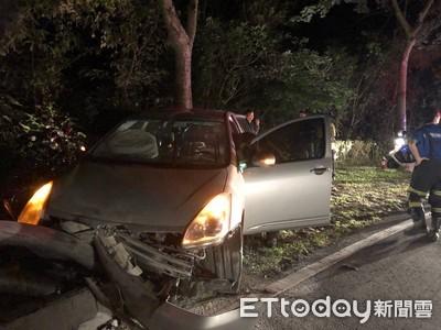 台東山區轎車撞護欄起火 駕駛一度受困
