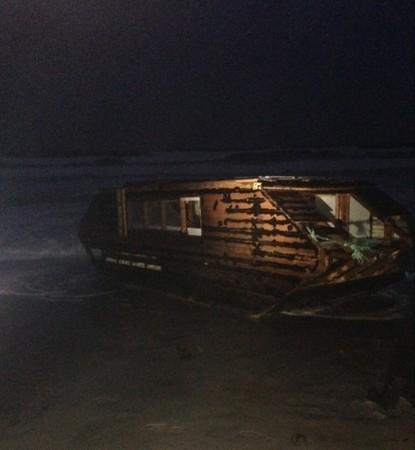 ▲一艘「太陽能木船」2016年被沖上愛爾蘭海灘,原來是加拿大紐芬蘭一名62歲發明家漂越2000英里的傑作。(圖/翻攝自Facebook/Ballyglass Coast Guard Unit)
