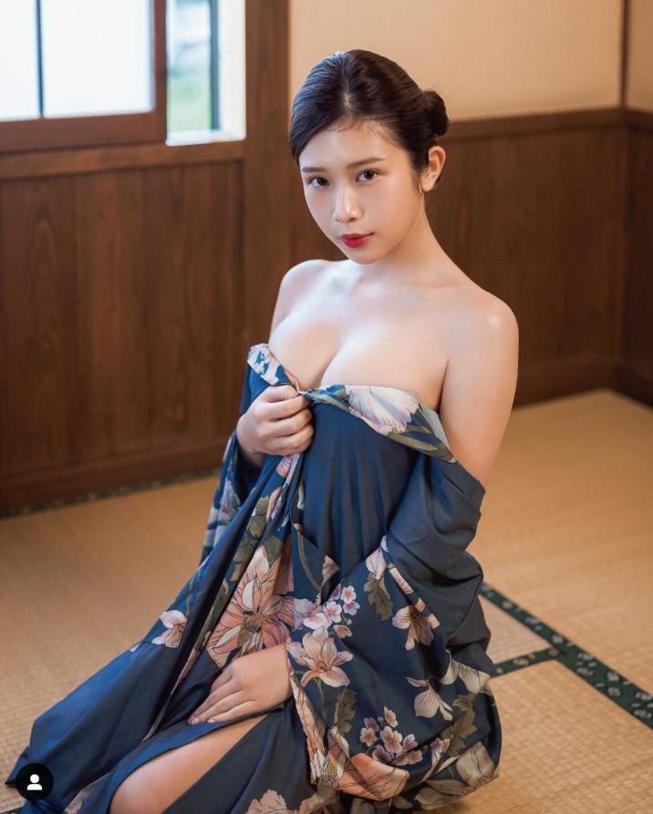 ▲▼雞排妹裸上身辣穿浴衣。(圖/翻攝自雞排妹IG)
