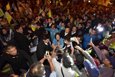 蔡英文回鄉屏東湧入3萬支持者 大進場狂擠20分鐘