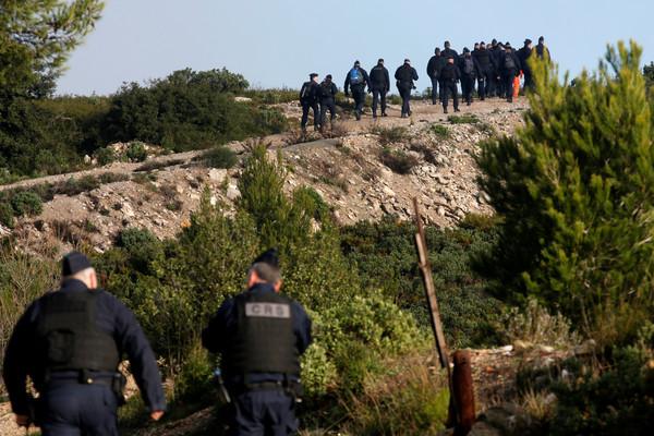 ▲法國一架「歐直EC145直升機」出發救災時墜毀馬賽北部山區。(圖/路透)