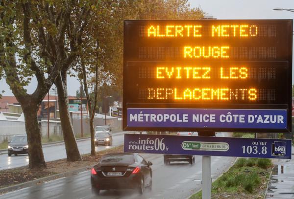 ▲法國瓦爾省、濱海阿爾卑斯省等地因為豪大雨和洪水發布紅色警報,圖為尼斯(Nice)的畫面。(圖/達志影像/美聯社)
