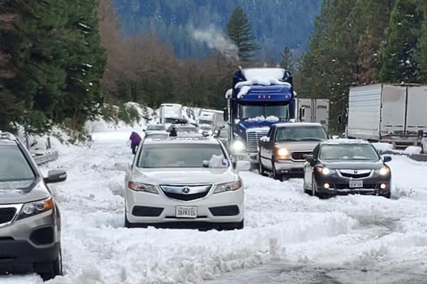 ▲▼加州5號公路上車子因為積雪受困。(圖/達志影像/美聯社)