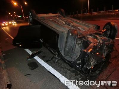 台中男超車失控自撞護欄翻覆