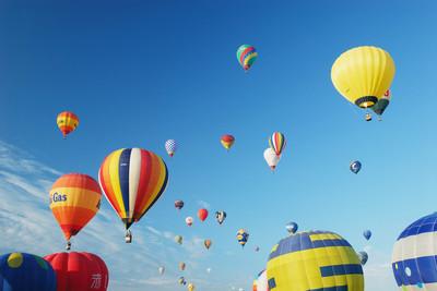 浪漫熱氣球撞高壓電 女慘被電飛