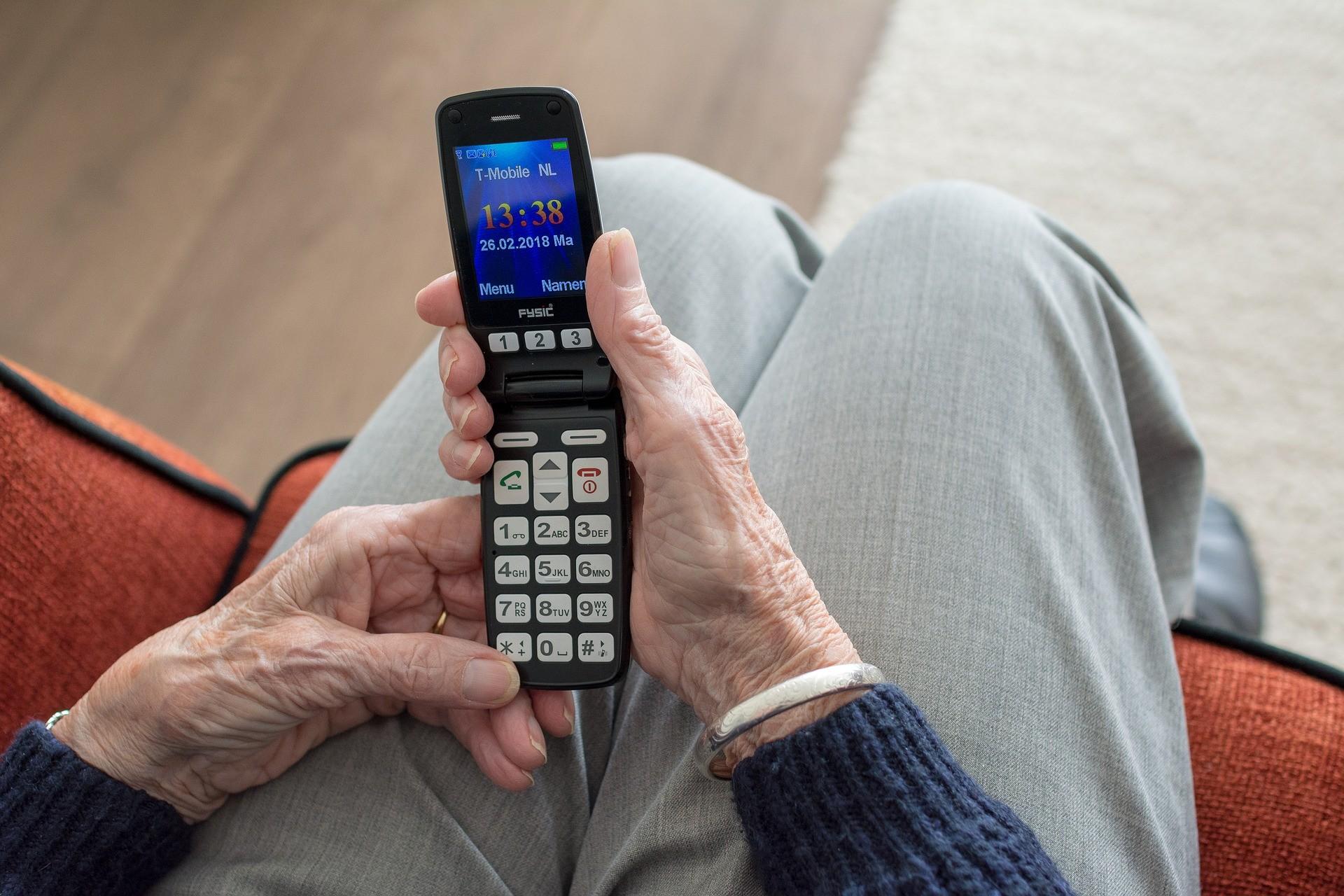 ▲▼老人,電話,打電話,手機。(圖/Pixabay)