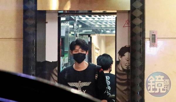 10/24 00:44 李玉璽先行離開錢櫃時,還戴著口罩,替自己做好保護措施。