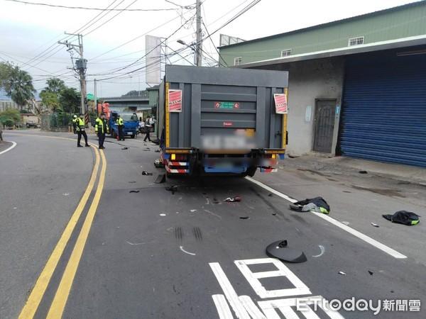 ▲▼泰山區一名黃牌重機騎士與貨車對撞一度受困車底。(圖/記者陳豐德翻攝)