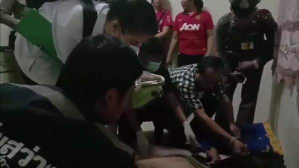 ▲泰國男子手機邊充電邊玩遊戲,最後電死自己。(圖/翻攝自pattayaja)