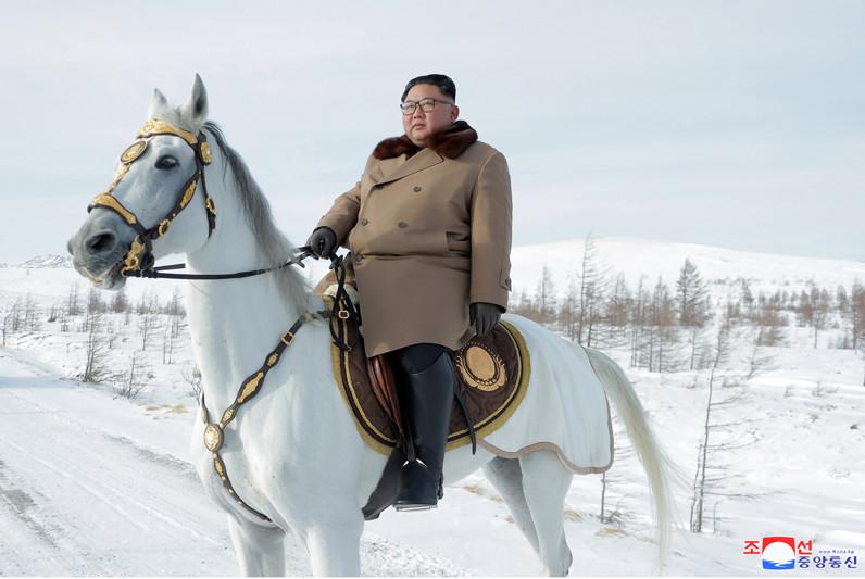 ▲▼金正恩時隔49天騎白馬上白頭山(長白山),這次帶著妻子李雪主。(圖/朝中社)
