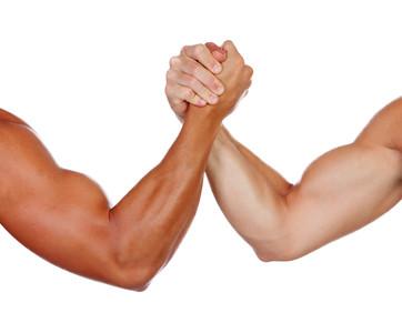 肌肉男和同學比腕力 手臂斷兩截