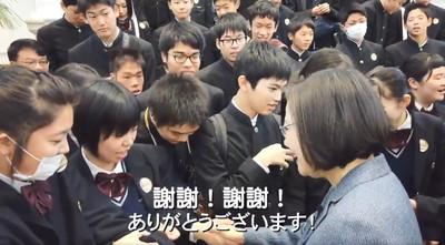 蔡英文突襲日學生:大家喝珍奶沒
