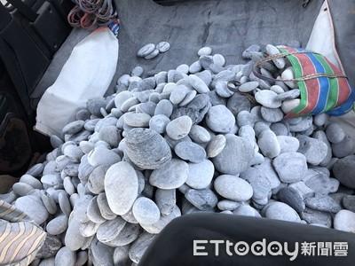 花蓮女力士開4輪傳動車搬花蓮620公斤粉扁石