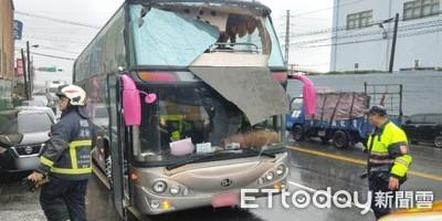 遊覽車撞上限高桿 12乘客受傷送醫