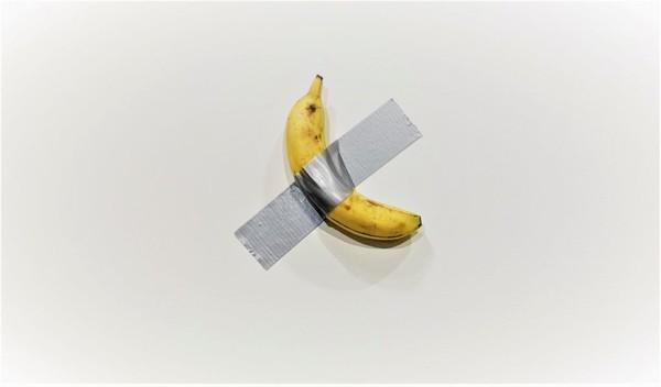 世界最奇葩藝術!用「膠帶把香蕉黏在牆上」 …竟以12萬賣出