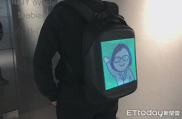 ▲▼蔡其昌獲贈LED 2.0版後背包,成選舉宣傳利器。(圖/蔡其昌競總提供)