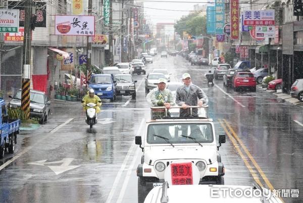 ▲林飛帆冒雨上戰車陪同立委洪宗熠掃街輔選。(圖/立法委員洪宗熠競辦提供)