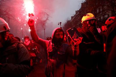 法國總理讓步 放棄「64歲退休才領全額」
