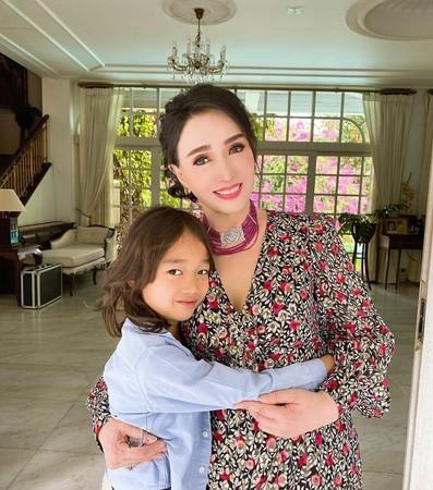 72歲的泰國前環球小姐阿芭詩拉和孫子合照曝光。(翻攝自fookie_beauty IG)
