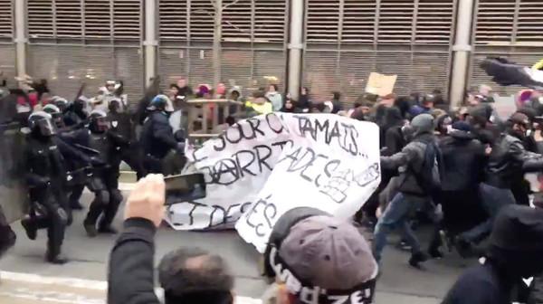 ▲法國超過80萬人抗議總統馬克宏提出的退休金改革,癱瘓交通。(圖/路透)