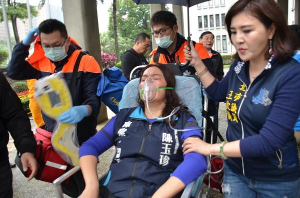 ▲▼國民黨立委再赴外交部抗議,林奕華、陳玉珍受傷送醫。(圖/國民黨團提供)